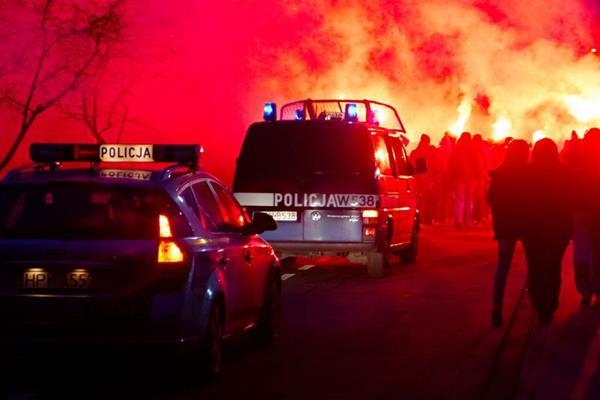 Policjanci zatrzymali kibica z racą w Kołobrzegu